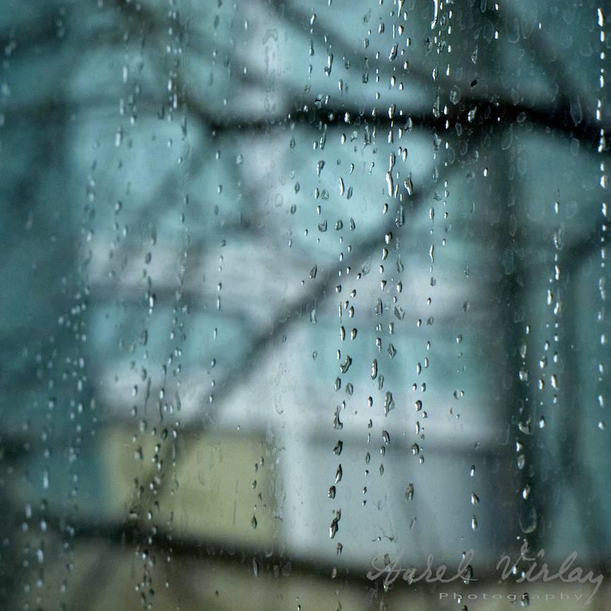 Stropi de ploaie intr-o fotografie albastra