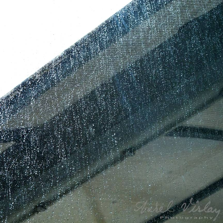 Ploaia torentiala intr-o fotografie prin fereastra