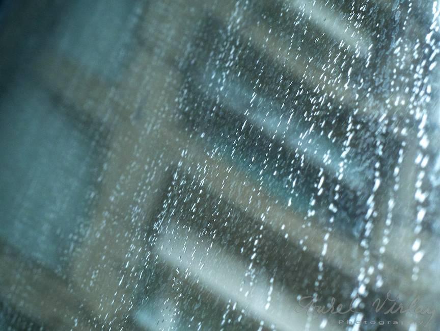 peisajul foto citadin prin ploaia rece de primavara.