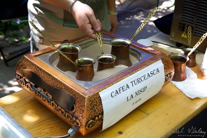 Fotografii-Cismigiu-Traditii-Flori-Sarbatori Cafea turceasca la nisip