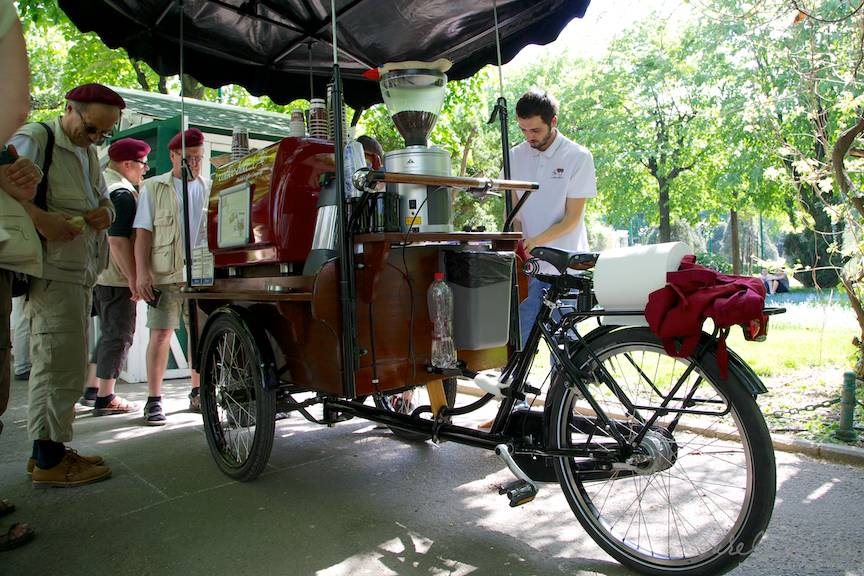 Fotografia pitoreasca cu bicicleta toneta cafea espresso