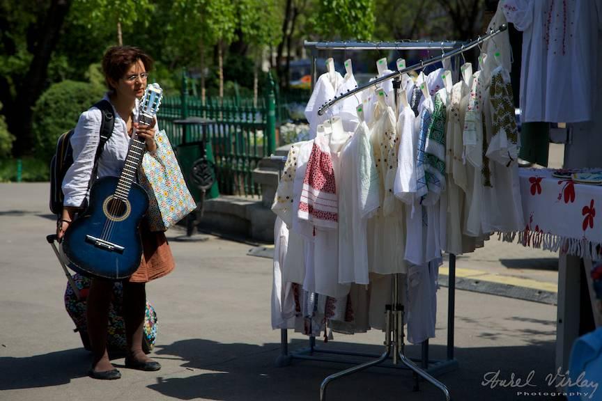 Fotografii-Cismigiu-Traditii-Flori-Sarbatori fata cu chitara albastra