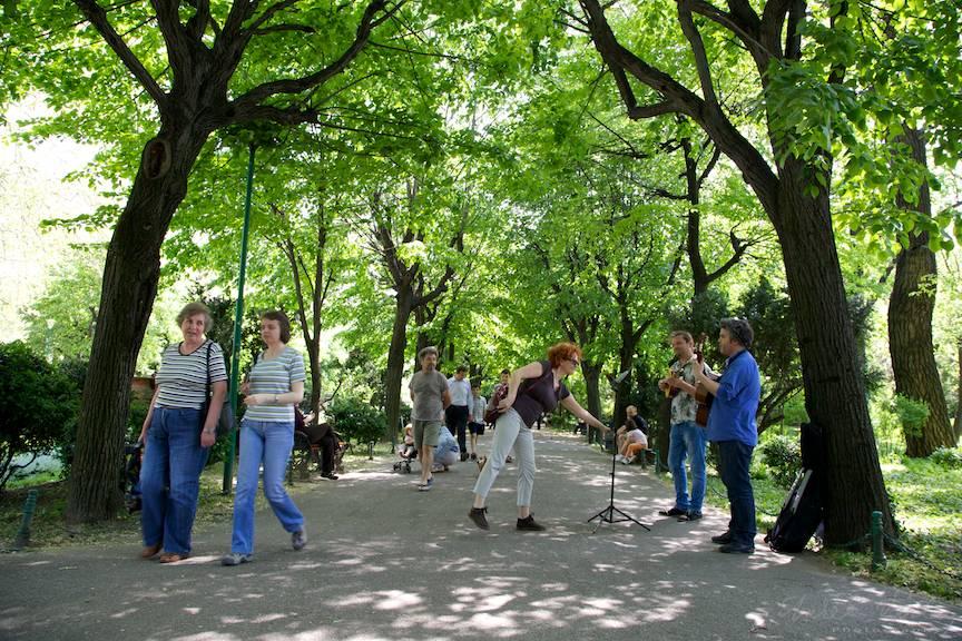Fotografii peisaj citadin cu muzicanti de strada in Bucuresti.