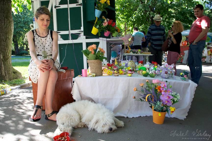 Fotografii-Traditii-Flori-Sarbatori-Parc-Cismigiu catel canis alb