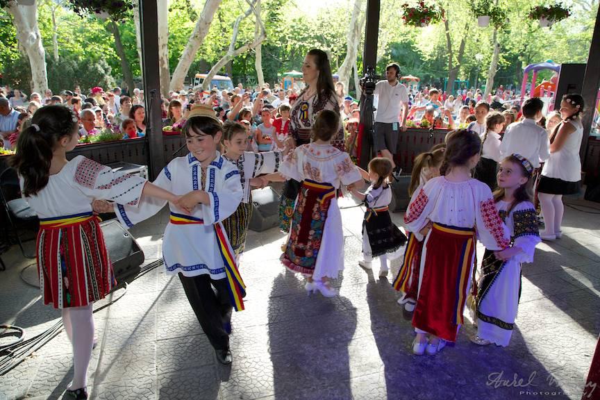 Fotografii-Traditii-Flori-Sarbatori-Parc-Cismigiu dansuri populare copii
