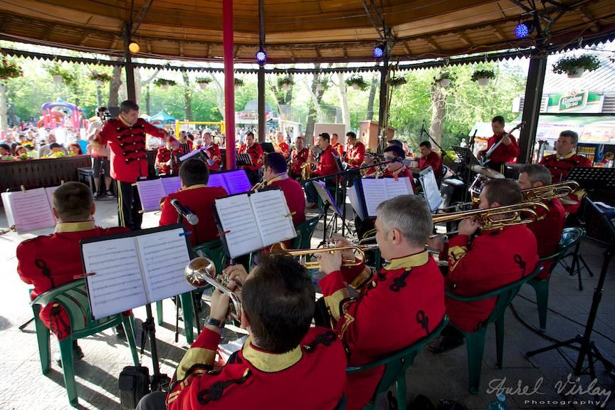 Fotografii-Traditii-Flori-Sarbatori-Parc-Cismigiu concert fanfara Brass Orchestra