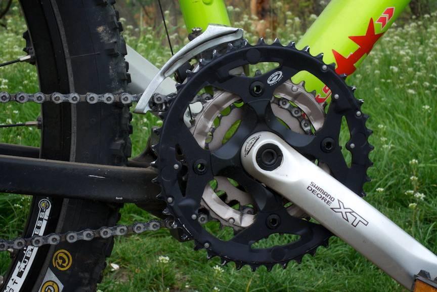 Detaliu foto grup pedalier Shimano Deore XT.