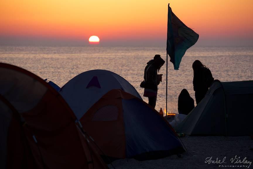 Vama-Veche FotografieAV Turisti la foc in Rasarit de Soare