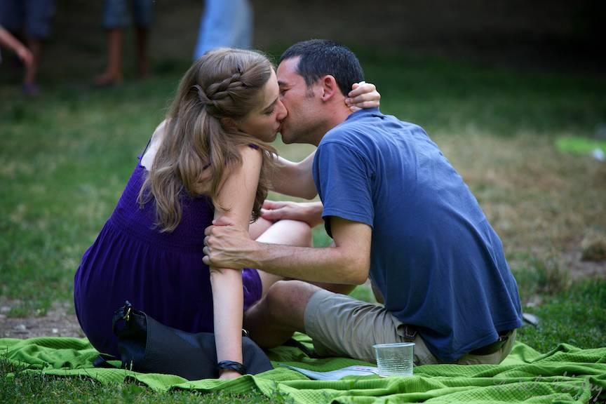In fotografie este surprins chiar primul sarut dintr-o noua idila!