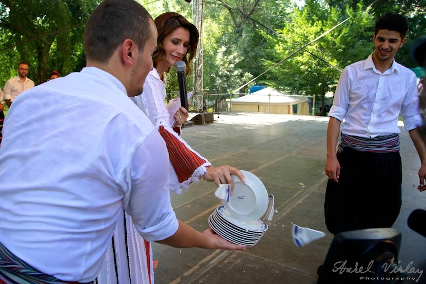 Fotografie cu prezentatoarea TVR Iuliana Tudor initiindu-se in traditiile din Grecia.
