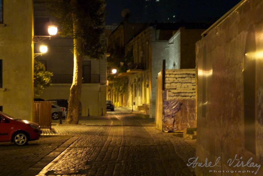 Peisaj foto citadin printre ruinele orasului Baku.