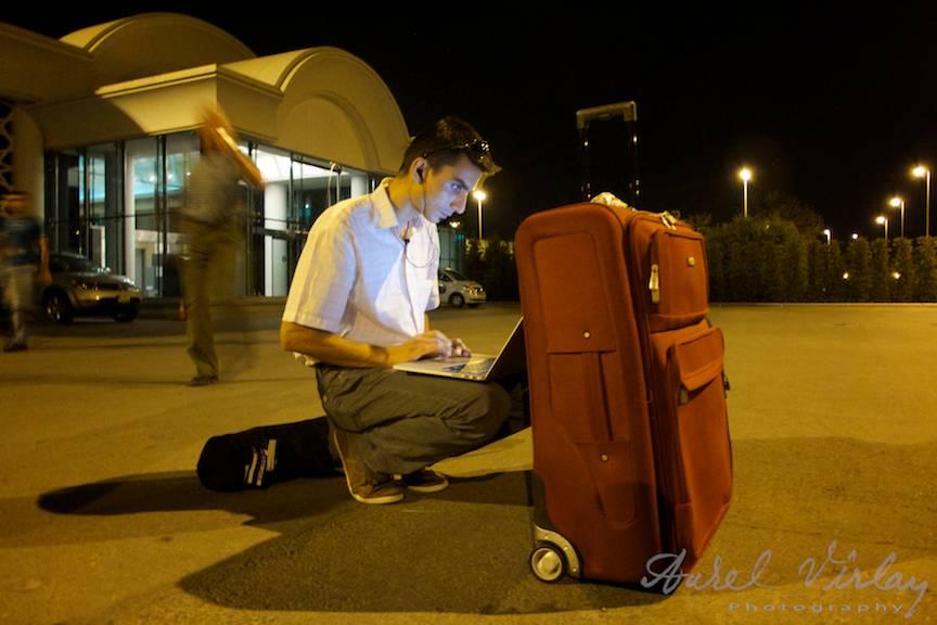 Fotografii-Deplasare-Avion-noapte-Baku MacBook Pro editare video on the road!