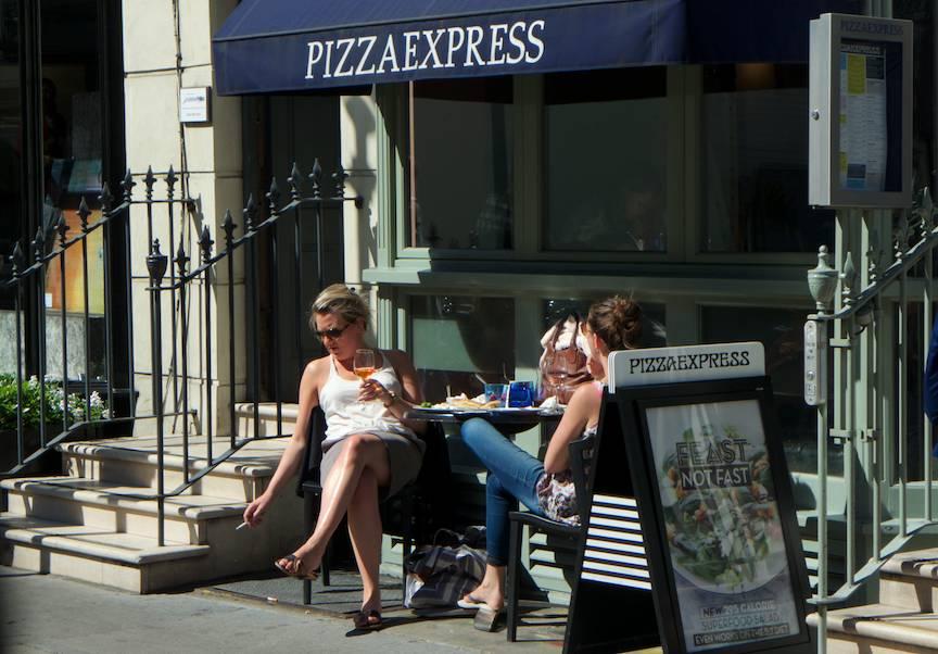 Fotojurnalism strada Londra doua femei la terasa
