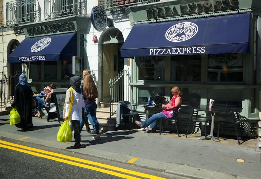 Fotojurnalism strada Londra PizzaExpress femei la bere -  fundamentalism