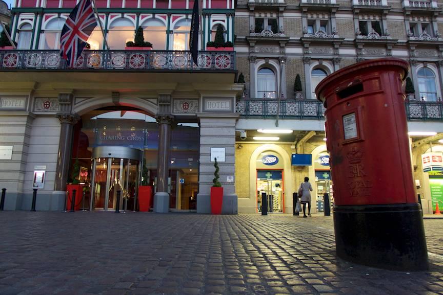Londra UK fotografii noptile albe Charing Cross Hotel cutie postala