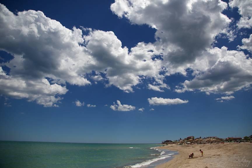 Vama Veche imagini fotoAV -29 nori expresivi cerul albastru plaja zi insorita