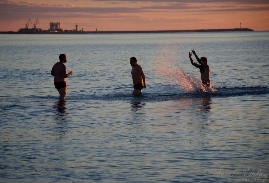 Vama Veche imagini fotoAV -7 trei barbati Marea Neagra Rasarit