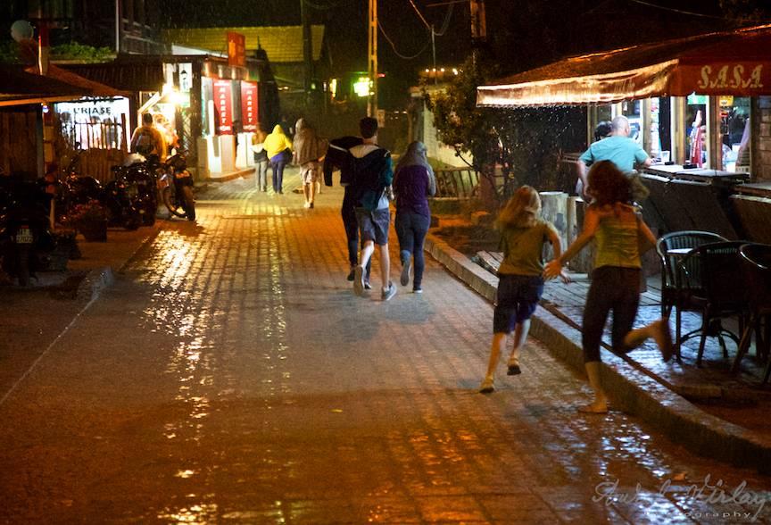 Fuga turistilor prin ploaia calda de vara.