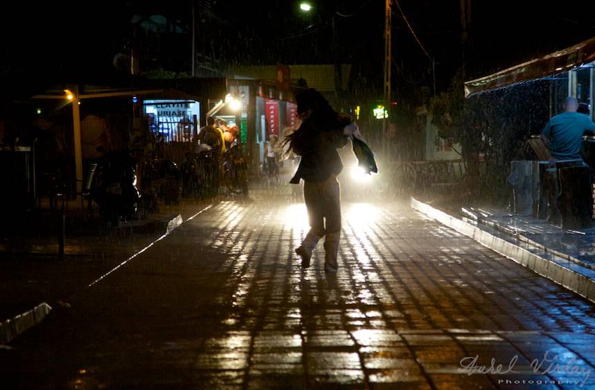 Fotojurnalism de strada nocturn pe vreme rea.