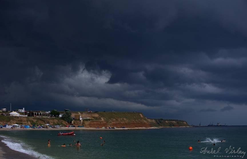 Fotografie cerul cu nori de furtuna plaja Vama Veche.