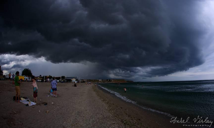 Impresie fotografica cu nori plumburii de furtuna pe litoral.