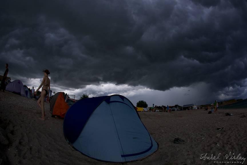 Fotoreportaje in Vama Veche cu cer de furtuna deasupra corturilor.