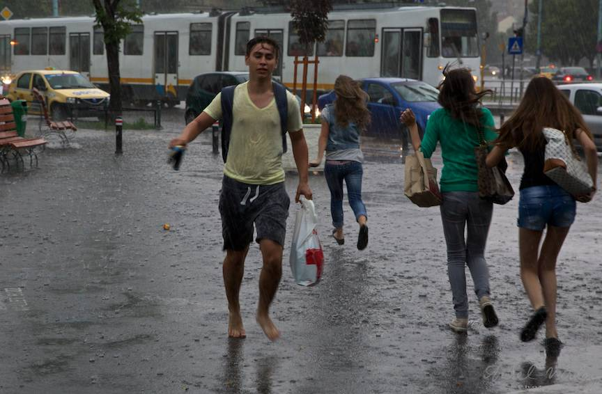 Tineri fugind spre Metrou sau spre tramvai.