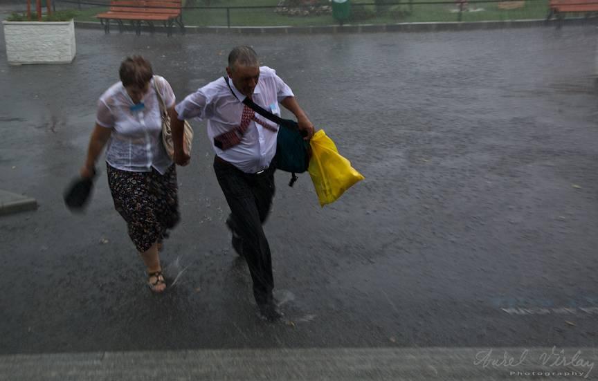 Fotografii Ploaie oameni alergare -2