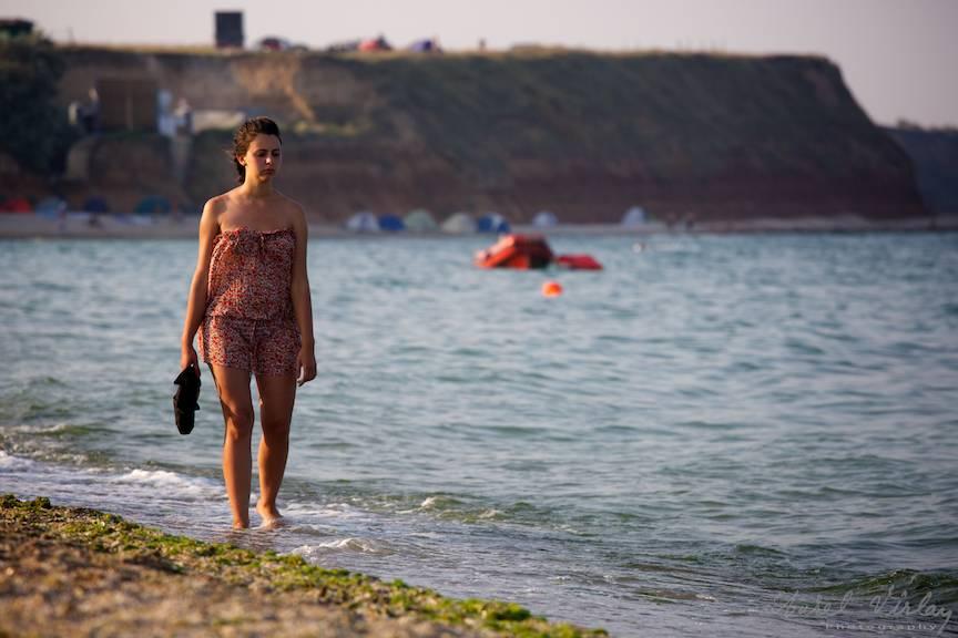 Plimbare pe plaja in apus de soare.