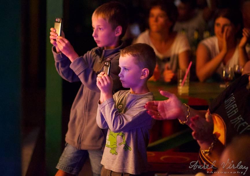 Portrete Foto Creative Copii la lumina scena si a telefoanelor mobile.