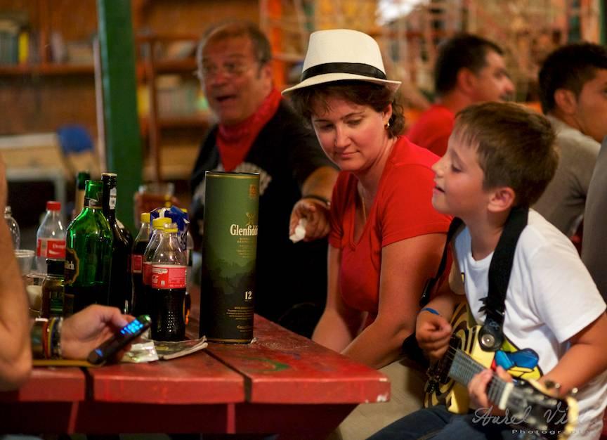 Portret Foto de familie: Mircea Baniciu alaturi de fiica si de fiul lui.