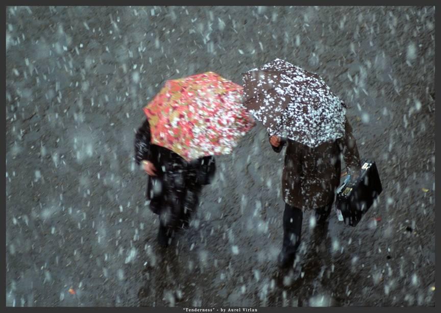 Fotografie de strada printre fulgii de zapada si umbrele: *Tenderness*