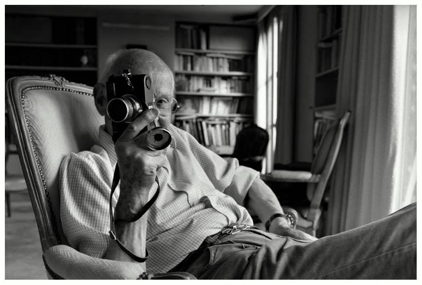 O fotografie superba in lumina laterala de la fereastra cu Bresson si al lui Leica.