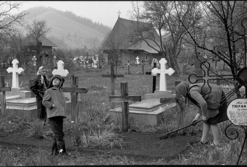 Fotografie in cimitirul satului Dragos Voda din Bucovina.