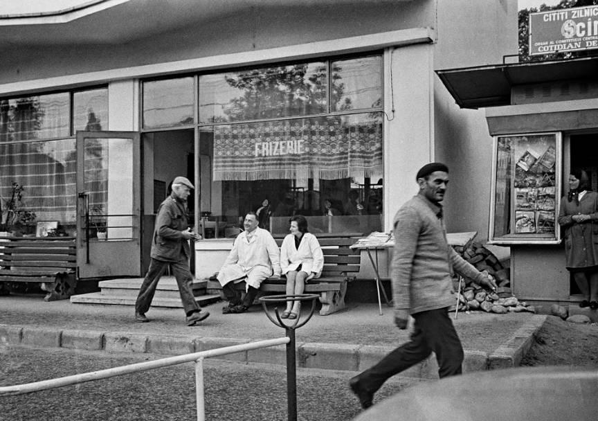 Fotograful Henri Cartier Bresson pe o strada in Oltenia.