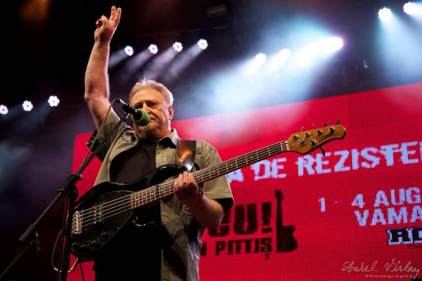 Chitara bass inconfundabila a formatiei Phoenix: Iosif Kappl.