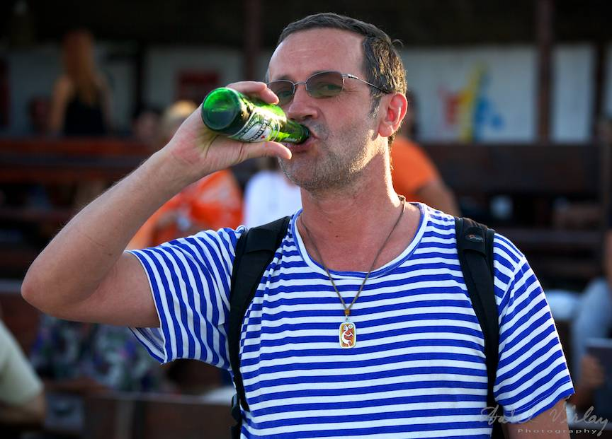 Fotograf de Vama Veche intre Kokopelli si Heineken.