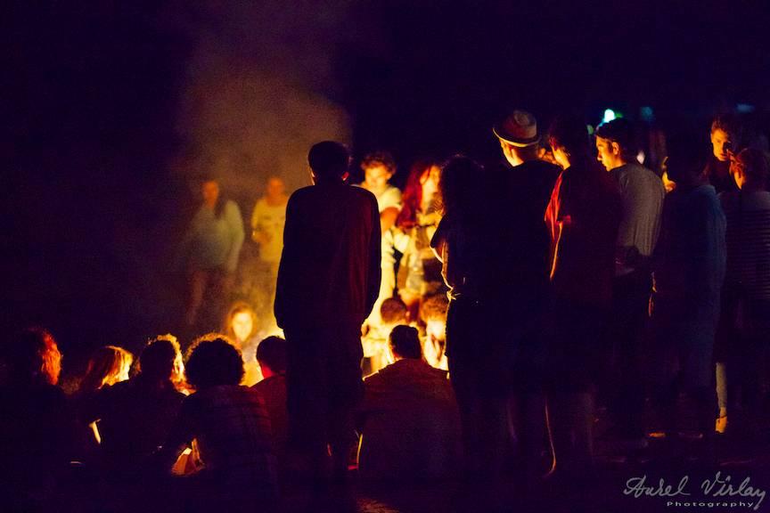 Foc de tabara pe plaja Vamei Vechi dupa festivalul Folk You.