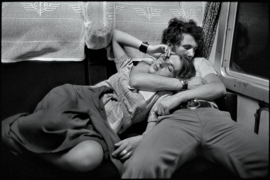 Fotografia tineri casatoriti dormind  *In tren, România 1975* de Henri Cartier Bresson