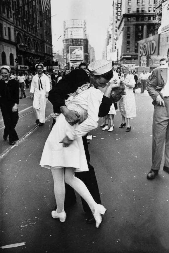 Fotografia_Legendara-Sarutul_Ziua-Victoriei-NY-Time-Square_Alfred_Eisenstaedt_1945