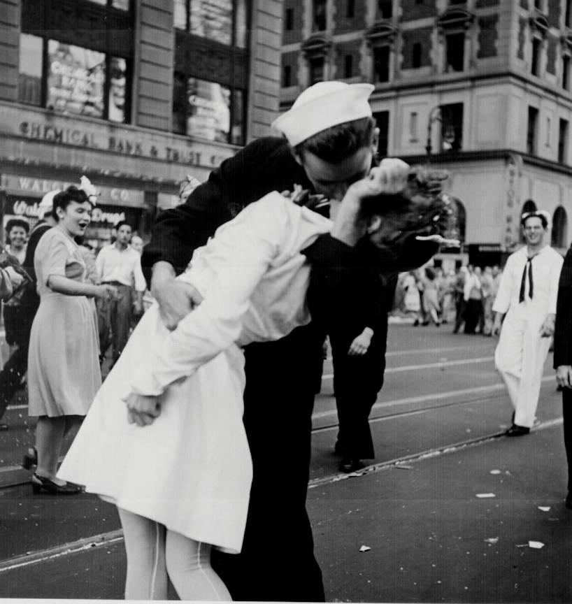 Fotografia_Legendara-Sarutul_Ziua-Victoriei-NY-Time-Square_Photo_Lt.Victor_Jorgensen 1945