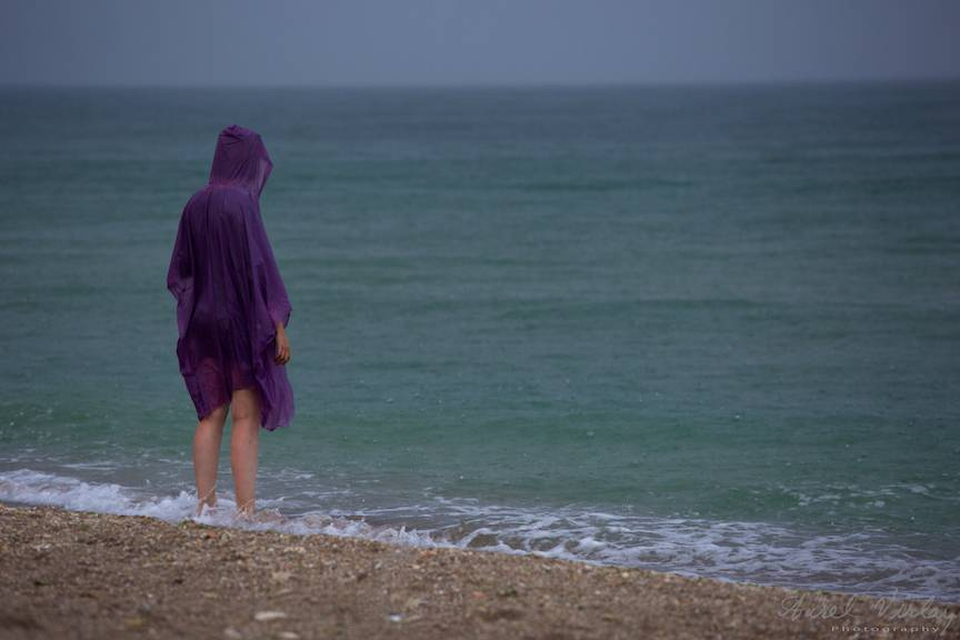 Fotografie femeia cu pelerina mov ploaie litoral