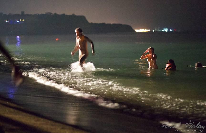 Fotojurnalism de noapte: goi la scaldat in Marea Neagra.