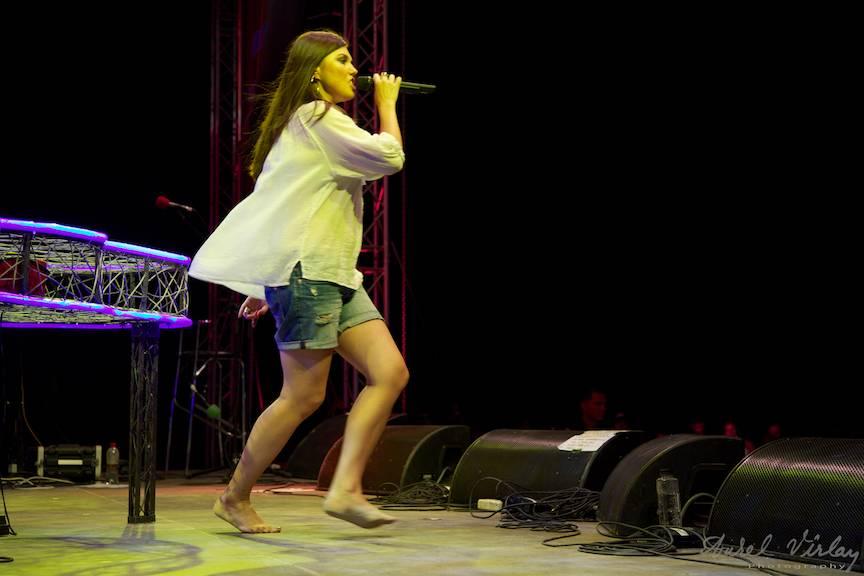 Fotografie cu Paula Bucura Seling cantand desculta pe scena Festivalului Folk You.