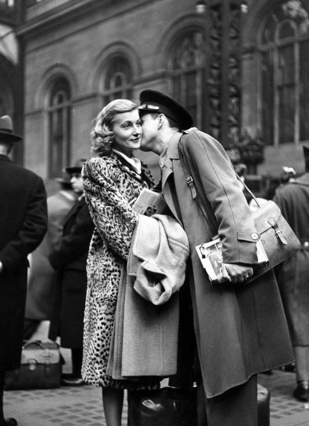Fotoreportaj sarut gara 1944 inainte de VJDay Kiss de Alfred Eisenstaedt