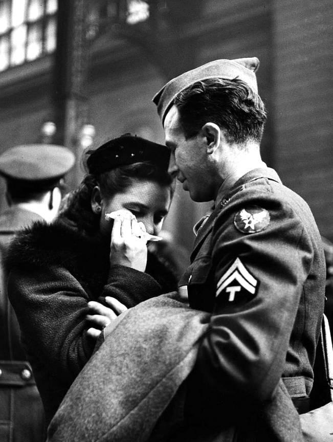 Fotoreportajele cu soldati in gara Alfred Eisenstaedt 1944