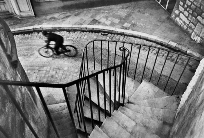Compozitie si dinamica intr-o fotografie cu scari si o bicicleta in Hyères, Franta 1932.