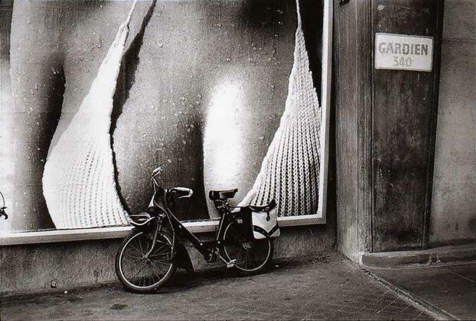 Bresson avea o mare pasiune pentru fotografiile cu biciclete chiar si cand erau rezemate cuminti langa un afis. Paris 1973.