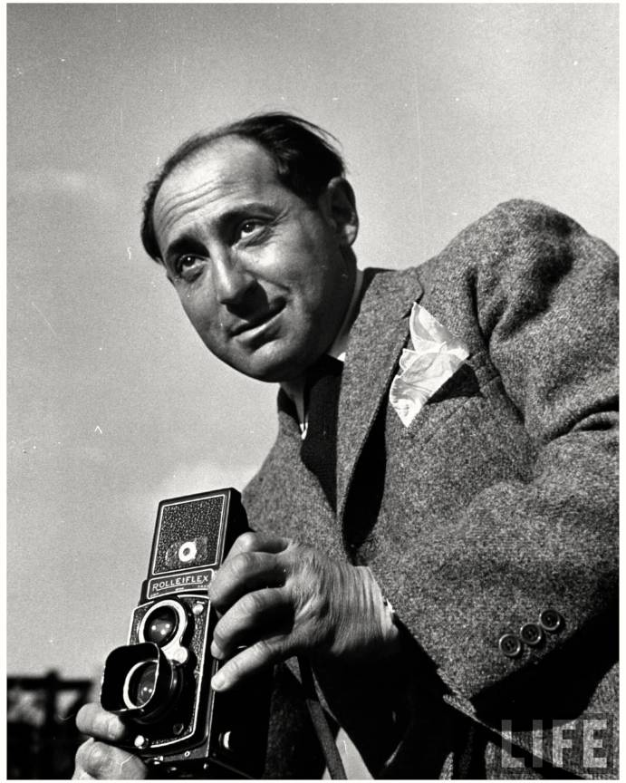 Portretul fotografului Alfred Eisenstaedt fotografiind pe format lat cu Rolleiflex.