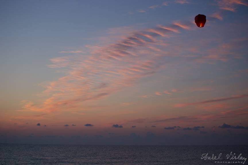 Lampadar rosu pe cerul cu nori siclam inainte de Rasaritul Soarelui